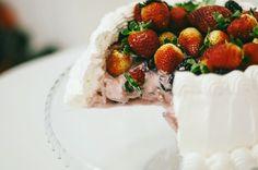 """Priscila Cantinho on Instagram: """"Bora de Pavlova??? Vocês sabiam que essa torta foi criada em homenagem a uma bailarina russa chamada Ana Pavlova??? Mas um detalhe super…"""" Pavlova, Camembert Cheese, Dairy, Instagram, Food, Ballerina, Essen, Meals, Yemek"""