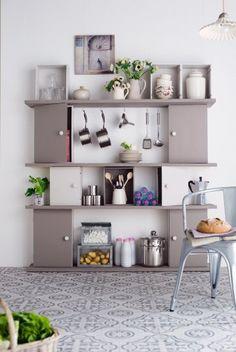 Etagères et caisses de vin comme des placards, peintes en gris pour un joli meuble de cuisine