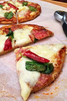 Mutatjuk hogyan készíts isteni pizzaszószt otthon! Ez a recept, amit most hoztam Nektek, igazán egyszerű és mégis pipálja bármelyik boltban kapható... Pita Pizzas, Paleo, Taco Pizza, Hungarian Recipes, Garlic Bread, Winter Food, Bon Appetit, Vegetable Pizza, Hamburger