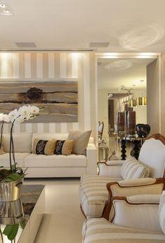 tapizados sillones (tela rayas en color beige) y frames de madera clara!!!!