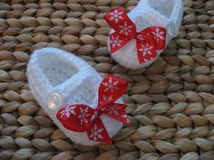 Christmas crochet baby booties. White crochet baby booties. Red bows. Snowflake crochet baby booties. Snowflake bows.