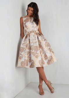 Pair your radiant personality with this formal dress, and let the duo dazzle endlessly. The mist grey jacquard material of this fit and flare is finessed with bronze flowers and rose gold brushes, accented with a pleated waist, and topped with an embellished belt - features that set this pocketed number at the high standard that fits your tastes so favorably!
