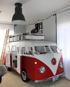 Bom dia! Alguém mais adora kombi?  Ideia de quarto temático para os pequenos. Essa é de marcenaria!  #ideiasdiferentes  Fonte: projectnursery.com Kindergarten, Camper, Vehicles, Projects, Caravan, Preschool, Mobile Homes, Rolling Stock, Cars