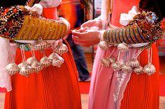 IL BOTTONE SARDO di probabile derivazione punica (in particolare quello di forma mammellare), è l'elemento più comune nei diversi costumi isolani. I gemelli e i bottoni, generalmente in coppia, ornano il collo e i polsi della camicia e il corsetto dei costumi, sia maschili sia femminili