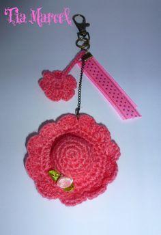 Llavero tejido al crochet de capelina  y flor en color salmón
