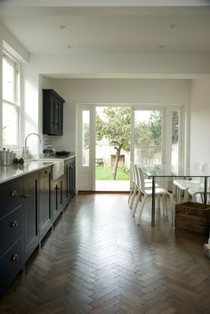A beautiful deVOL Shaker Kitchen in Pantry Blue. Stunning.