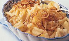 Ein absoluter Schweizer Klassiker! Original Älplermagronen mit Röstzwiebeln und Apfelmus schmecken nicht nur in der Berghütte, sondern auch zu Hause.