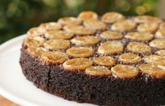 Chocolate Cake Day is January and what better way to spice things up than by adding bananas. This Chocolate-Caramel-Banana Upside-Down Cake is the perfect way to celebrate without feeling total. Banana Upside Down Cake, Pineapple Upside Down Cake, Chocolates, Carmel Cake, Baking Recipes, Dessert Recipes, Delicious Desserts, Yummy Food, Tasty