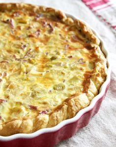 Goat cheese leek pie with thermomix. Here is a goat cheese lardon tart recipe, easy and quick to prepare with the thermomix. Leek Quiche, Leek Pie, Bacon Quiche, Quiche Recipes, Tart Recipes, Brunch Dishes, Food Dishes, Cooking Chef, Cooking Recipes