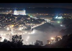 Vista nocturna con niebla