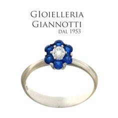 Anello in oro bianco con fiore di zirconi blue. #GioielleriaGiannotti1953 #Napoli #MadeInItaly #artigianato
