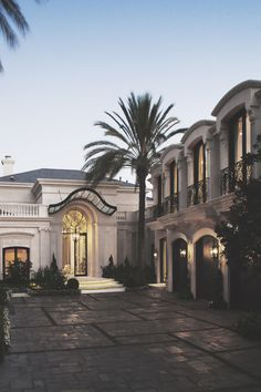 Love the soft white exterior paint. House Goals, Life Goals, My Dream Home, Exterior Design, Exterior Paint, Future House, Interior Architecture, Luxury Homes, Beautiful Homes