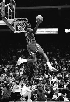 Michael Jordan of the Chicago Bulls attempts a dunk during the 1988 Slam Dunk Contest on February 1988 at Chicago Stadium in Chicago, Illinois. Arte Michael Jordan, Michael Jordan Slam Dunk, Michael Jordan Basketball, Basketball Videos, Basketball Players, Chicago Bulls, Chicago Illinois, Michael Jordan Wallpaper Iphone, Ar Jordan