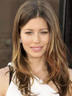 4 διάσημες δείχνουν πως γίνονται σωστές ανταύγειες σε καστανά μαλλιά - | Ladylike.gr