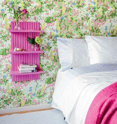 RICICLO CREATIVO: Comodino da parete!   Questo comodino a muro di ispirazione danese assume un aria particolarmente romantica se abbinata ad una carta da parati floreale. Si tratta di un progetto piuttosto semplice e facile da realizzare anche per chi non ha dimestichezza particolare con il fai da te. Avrete bisogno di: 3 assi di legno per il pannello posteriore misure 117x700x14 mm (in questo caso sono state utilizzate assi da pavimentazione maschio/femmina utilizzati al contrario) 3 assi…