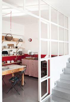 Red kitchen in loft Red Kitchen, Rustic Kitchen, Kitchen Decor, Kitchen Nook, White Industrial, Industrial Loft, Home Furniture, Modern Furniture, Open Plan Living