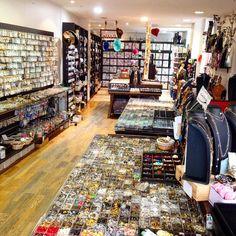 Perlerie L'Atelier de la Création 27 rue des plantes Paris 14ème : perles, rubans, boutons, fils , rubans, pierres, pompons, plumes...