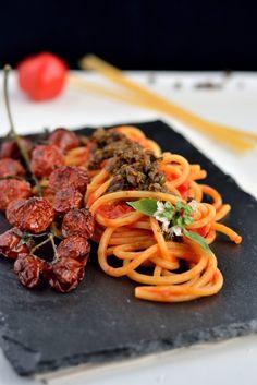 spaghetto quadrato, olive, capperi, acciughe