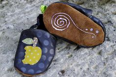 Relief, Barefoot, Html, Sunglasses Case, Coin Purse, Purses, Wallet, Shoes, Zapatos