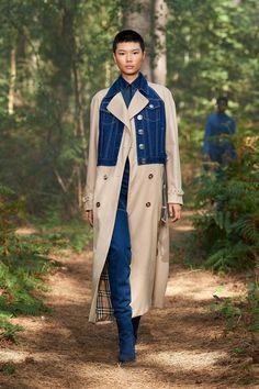 Burberry Spring 2021 Ready-to-Wear Photos London Fashion Weeks, New York Fashion, Burberry Prorsum, Daily Fashion, Fashion Show, Vogue Fashion, Fashion News, Fashion Trends, Cardigan En Maille
