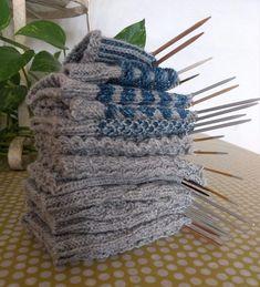 Sukanvarteen saa vaihtelua pienillä muutoksilla - näitä seitsemää sukanvartta varten ei tarvitse osata kuin oikea ja nurja silmukka. Knitting Patterns Free, Free Pattern, Different Stitches, Knitting Socks, Yarn Crafts, Knitting Projects, Handicraft, Diy Clothes, Mittens
