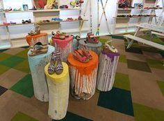 troncos pintados assim com cores de outono para montra de outono
