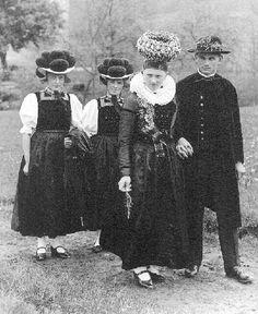 Schwarzwälder Trachten  Derselbe Hochzeitszug, diesmal nur mit zwei Brautjungfern. #Gutachtal