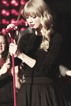 Taylor Swift performing in Times Square:) such a pretty pic!! Love her mic