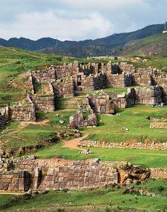 Ruinas de Sacsayhuamán  Las colosales murallas de esta fortaleza emplazada en pleno Camino Inca medían 9 metros de alto por 5 de ancho, y estaban sostenidas por bloques de piedra que pesaban hasta 350 toneladas.