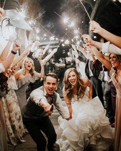 20 Must-Have Hochzeitsfoto-Ideen mit Brautjungfern und Trauzeugen - # Check mo. - 20 Must-Have Hochzeitsfoto-Ideen mit Brautjungfern und Trauzeugen – # Check more at fotografie. Wedding Goals, Wedding Pics, Wedding Couples, Dream Wedding, Wedding Couple Photos, Wedding Ideas, Ideas For Wedding Pictures, Must Have Wedding Pictures, Wedding Group Photos