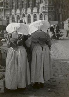 Twee vrouwen in protestantse Zuid-Bevelandse streekdracht, op de markt te Middelburg. De vrouwen zijn gekleed in opknapdracht. 1950 #Zeeland #ZuidBeveland #protestant
