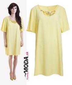 5322ada44e8f Letné dámske šaty pre moletky v sviežej žltej farbe s originálnou aplikáciou -trendymoda.sk