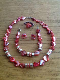 Kleurrijke #sieradenset, bestaand uit een #ketting, #armband, #ring en een paar #oorbellen van #kralen!