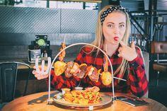 Werkstatt Imst - restaurant tipp,lucina-cucina, lucina cucina, grill spieß, grill spieß fleisch, restaurant ideen,brunch, pinup girl, polka dots, stirnband, kopfband, haarband, tartan, kariert, flanellhemd Casual Chic Summer, Pinup, Great Appetizers, Restaurant, Most Favorite, Brunch, Summer Recipes, Keto Recipes, Grilling