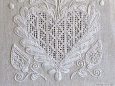 Needle weaving squares with a Rose stitch in the center. Embroidery Hearts, Hardanger Embroidery, Cross Stitch Embroidery, Drawn Thread, Thread Work, Cat Cross Stitches, Hello Kitty Wallpaper, Bead Loom Patterns, Christmas Cross