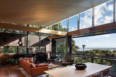 Kawakawa House von Herbst Architects in Piha, Neuseeland - DIY Dekor Ideas New Zealand Architecture, Architecture Awards, Outdoor Living Areas, Living Spaces, Living Room, New Zealand Houses, Casas Containers, Two Storey House, Clerestory Windows