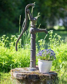 En fin gammal pump! #summer #sommar #ig_countryside #ig_great_pics #ig_masterpiece #ig_captures #ig_today #ig_nature #igdaily #igsweden #igscandinavia #scandinavia #linköpinglive #meralink #linköping #lkpg #ig_sweden #ig_photolove #photolovers #ilovesweden #blommor #flower #flowers