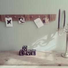 Stijgerhouten plank met klemmetjes voor de boodschappen of notities