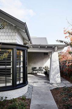 A Californian Bungalow for Melbourne by Mim Design Bungalow Interiors, Bungalow Renovation, Bungalow Homes, House Paint Exterior, Exterior House Colors, Luz Natural, Melbourne, Mim Design, California Bungalow