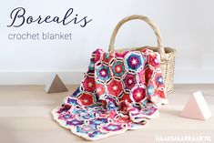 Zoek je het Nederlandse patroon? Klik dan hier. The pattern for the Borealis Blanket is also available as a printfriendly, styled and advertisement free PDF in the Haak maar Raak shop. Feast your eyes on the Borealis blanket! The motifs resemble little snowflakes in different colours of the Northern lights. The blanket is joined and …