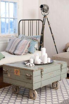 Une table basse avec une malle