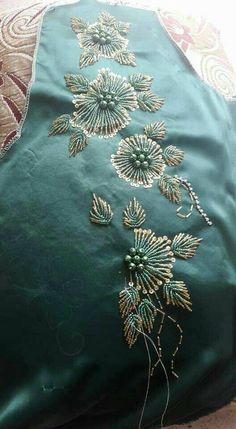طريزات موديلات رائعة للإستفادة modilat tarz Zardozi Embroidery, Embroidery On Kurtis, Kurti Embroidery Design, Embroidery Neck Designs, Tambour Embroidery, Hand Work Embroidery, Embroidery Flowers Pattern, Embroidery Motifs, Embroidery Fashion