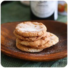 Biscoitos de amêndoa sem glúten/lactose  (amendoas, acucar, clara, extrato de baunilha, essencia de amendoa, licor)
