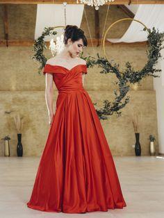 Schulterfreies Kleid aus der aktuellen Sposa Toscana Kollektion. Erhältlich ist dieses Kleid bei Steinecker. Strapless Dress Formal, Formal Dresses, One Shoulder, Fashion, Shoulder Dress, Gown Dress, Dresses For Formal, Moda, Formal Gowns