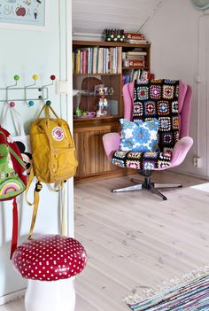 Colourful and vintage style home. Granny Chic, Konmari, Retro Vintage, Vintage Style, House Colors, Colorful Interiors, Kids Room, Sweet Home, Villa