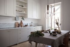 Historiska hem Kitchen Dining, Kitchen Island, Kitchen Cabinets, Beautiful Interiors, Beautiful Homes, High Fashion Home, Spotlights, Home Decor Styles, Carrara
