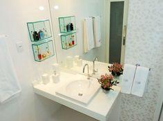 Nichos em vidro!!! Para um banheiro claro e com detalhes delicados, a arquiteta Ana Luzia Araujo optou por uma cerâmica da Portinari, que aparenta ser papel de parede. A cuba, um modelo diferente, sem apoio, foi um pedido do morador, assim como o espelho e o projeto de iluminação.
