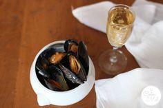 Mussels in Champagne Sauce - Le Coin De Mel Easy Mussels Recipe, White Wine Vinegar, Tasty Dishes, Sour Cream, Food Inspiration, Seafood, Champagne, Stuffed Peppers, Snacks