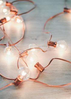 DIY Rose Gold Holiday Lights Not into the green holiday lights? DIY your very own this season and whip up a string of rose gold holiday lights. All you need is spray paint and lights! Rose Gold Rooms, Rose Gold Decor, Rose Gold Bedroom Accessories, Rose Gold Lamp, Rose Gold Chandelier, Gold Diy, Gold Gold, Top Fotografie, Rose Gold Metallic