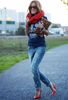 Jeans + Tee + Clutch + Pumps. Love the red to the very cute and basic outfit